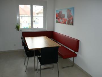 Eckbank mit Edelstahlgestell, Ledertapezierung, Tischplatte Eiche massiv