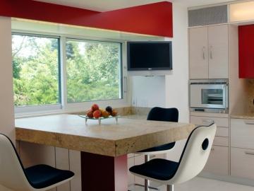 Frühstücksbar mit Granitplatte und Edelstahlhocker