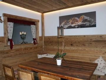 Rustikale Altholzstube mit indirekter Beleuchtung