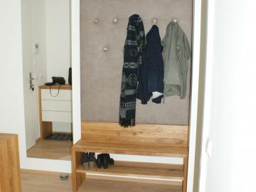 Garderobe mit Stoffrückwand und Sitzbank in Eiche massiv