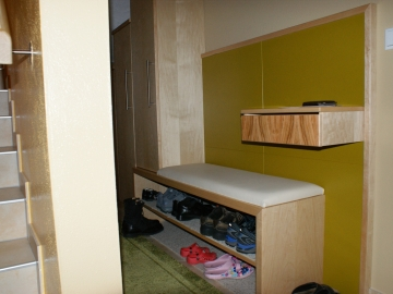 Vorzimmer mit Sitzbank und Schuhregal in Birke kombiniert mit Schleiflack