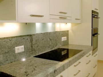 Küche mit lackierter Oberfläche, Granitarbeitsplatte
