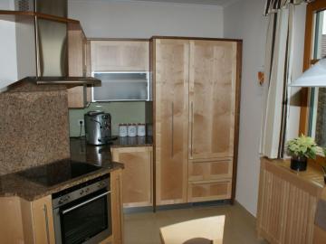 Landhausküche in Ahorn und Nuss mit Rahmenfront, Granitplatte