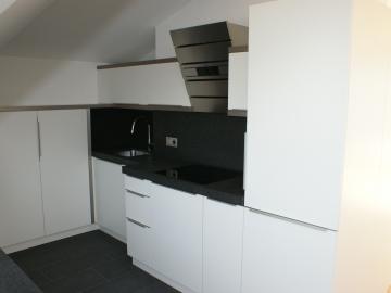 Küche mit lackierter Frontoberfläche und Granit-Arbeitsplatte