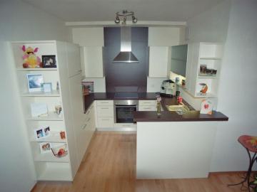 Einbauküche aus Dekorspanplatte, Arbeitsplatte Nuss