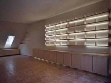 Bibliothek in Linde furniert mit indirekter Beleuchtung