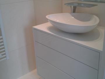 Waschtischunterbau wandhängend weiß hochglanz mit Aufsatzwaschbecken