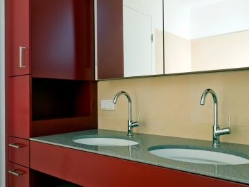 Badezimmerverbau mit Lackoberfläche und Spiegelschrank