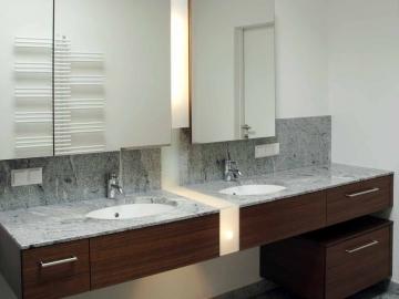 Doppelwaschtisch in Nuss furniert, Spiegelschrank mit indirektem Lichtband