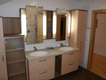 Badverbau in Ahorn mit Spiegelschrank und indirekter Beleuchtung