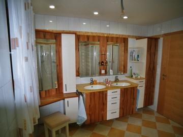 Badezimmer mit Schminktisch, Oberfläche Indischer Apfelbaum kombiniert mit Lack, Corian-Waschtisch