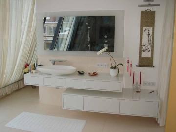 Modernes Badmöbel hochglanz lackiert mit Aufsatzwaschbecken