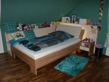 Jugendzimmer in Dachschräge, Bett mit indirekter Beleuchtung