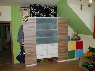 Kinderzimmerschrank mit Glastüren und Spielzeugladen