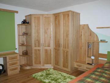 Massivholzschrank mit Rahmentüren in Esche