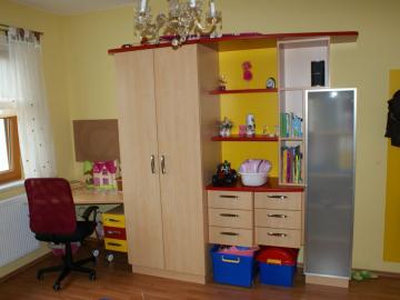Jugendzimmer in Buche mit frischen Farben