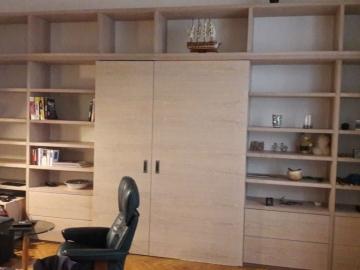 Wohnzimmerregal mit integrierter Schiebetür in Eiche weiß geölt